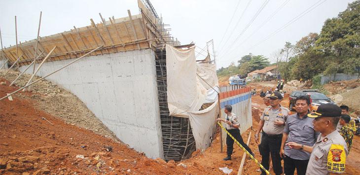 Tiang kerangka besi proyek Tol Depok Antasari (Desari), Kelurahan Krukut, Kecamatan Limo yang ambruk, Selasa (8/10/19). Radar Depok