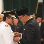 Ridwan Kamil lantik Imron Rosyadi dan Taufik Hidayat