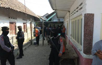 Tim Densus 88 anti teror datangi rumah terduga teroris W di Tengah Tani. Dede