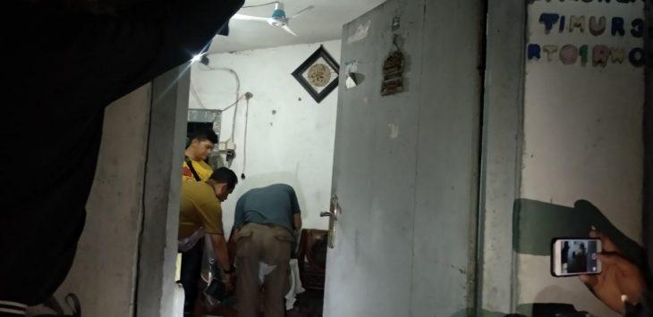 Petugas kepolisian saat menggeledah rumah BA, anggota JAD di Kota Cirebon. (Alwi)