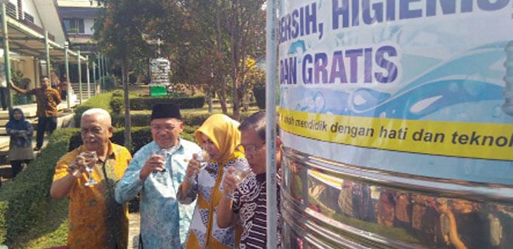 Kepala KCD Wilayah V Provinsi Jawa Barat, Nonong Winarni bersama Kepala SMKN 1 Kota Sukabumi, Saepurohman Udung dan unsur unsur Dinas Pendidikan dan Kebudayaan Kota Sukabumi mencoba air kerap siap minum.