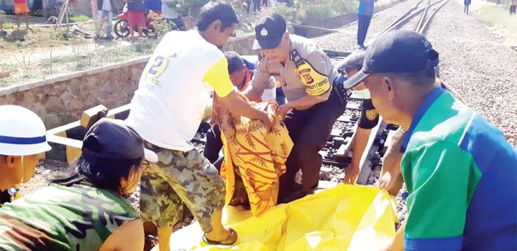 Proses evakuasi jenazah Ratna Wati yang meningal tersambar kereta barang jurusan Jakarta-Bandung.