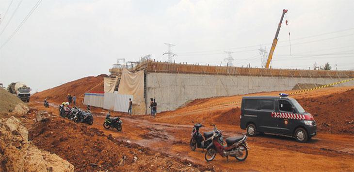 Tampak terlihat tiang kerangka besi proyek Tol Depok Antasari (Desari), Kelurahan Krukut, Kecamatan Limo yang ambruk, Selasa (8/10/19). Radar Depok