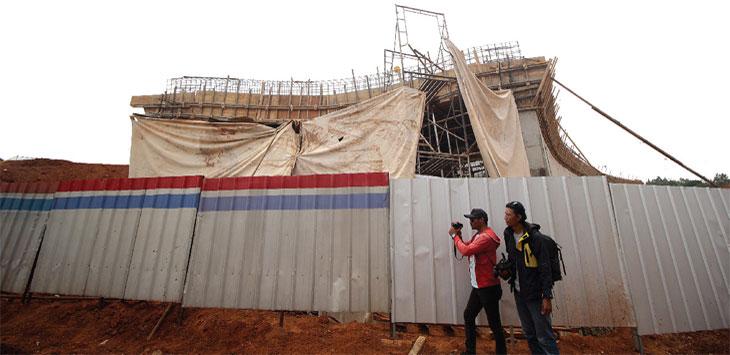 Tampak terlihat tiang kerangka besi proyek Tol Depok Antasari (Desari), Kelurahan Krukut, Kecamatan Limo yang ambruk, Selasa (8/10). Radar Depok