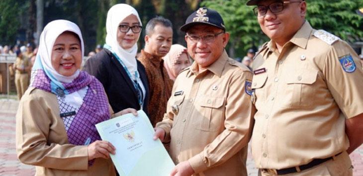 Walikota Depok, secara simbolis menyerahkan sertipikat lahan aset milik Pemkota Depok kepada Kepala BKD Kota Depok, Nina Suzana. Radar Depok