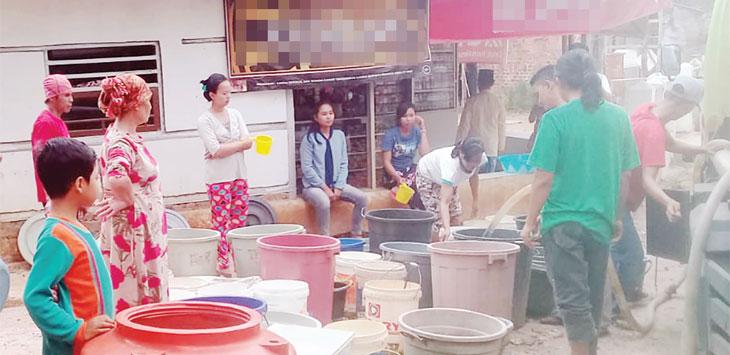 BPBD Kabupaten Sukabumi mendistibusikan air bersih ke warga Kampung Cipicung, RT 1/2, Desa Cibolang, Kecamatan Gunungguruh, jum'at (4/10).