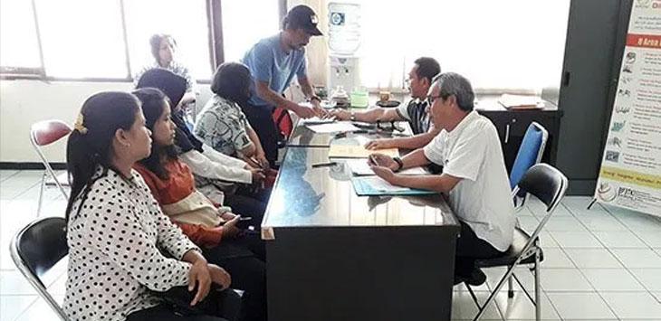 Warga Kabupaten Sukabumi, saat mengurus administrasi sebagai syarat untuk pemberangkatan bekerja ke luar negeri di Disnakertrans Kabupaten Sukabumi.