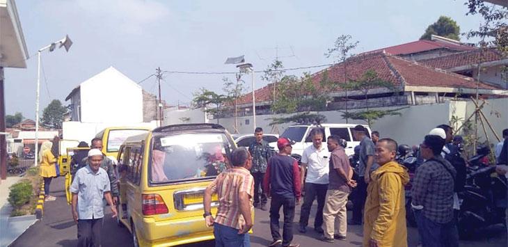 Puluhan warga yang terdampak pemortalan di Jalan Prana berbondong-bondong mendatangi Pengadilan Negeri Kota Sukabumi untuk mengawal kuasa hukum dalam melengkapi gugatan.