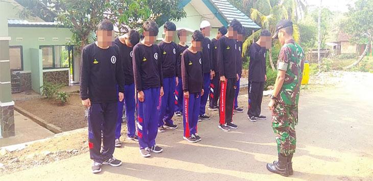 Prajurit Yonif 310 KK nampak memberikan pembinaan pada proses rehabilitasi para pecandu narkoba di Batalyon 310 KK, Desa/Kecamatan Cikembar, selasa (15/10/19).