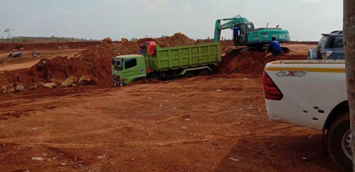 Salah satu alat berat saat melakukan aktivitas galian c (tanah merah) di daerah kecamatan sukatani.