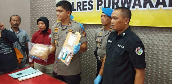 AKBP.Matrius (tengah) saat menunjukan barang bukti 100 gram sabu dan 3,5 kilogram ganja didampingi Kasat Narkoba AKP. Heri Nurcahyo (baju hitam), saat press rilis ungkap kejahatan narkoba di mapolres.
