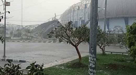 Atap GOR Arcamanik Kota Bandung yang ambruk (ist)