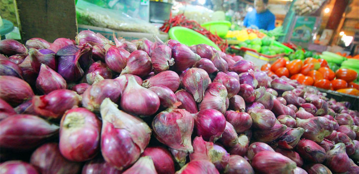 Pedagang beraktifitas di lapak dagangnya di Pasar Agung, Jalan Proklamasi Raya, Kecamatan Sukmajaya. Radar Depok