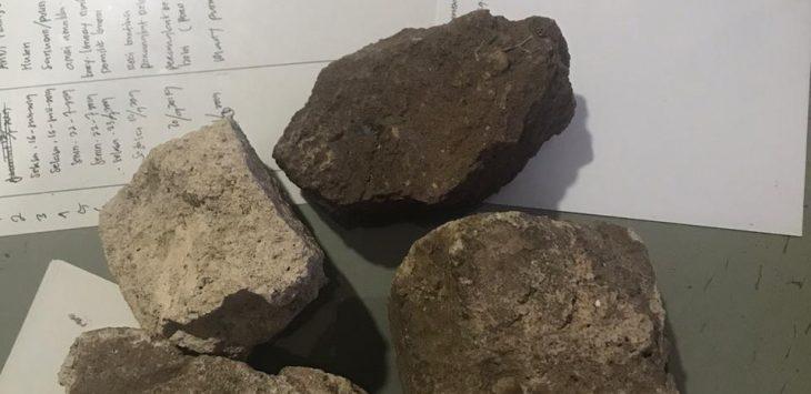 Barang bukti, batu yang dipakai pelaku pengeroyokan. Dede