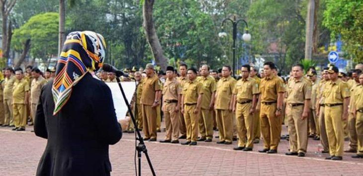 Bupati Karawang Cellica Nurrachadiana saat berada di depan para PNS./Foto: Ega