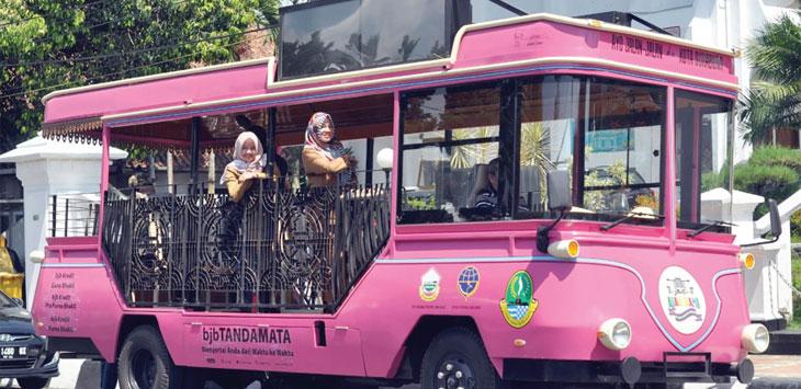 Bus Ajak Kami berwana pink bantuan dari Pemerintah Provinsi Jawa Barat mulai dikenalkan kepada masyarakat. Dok