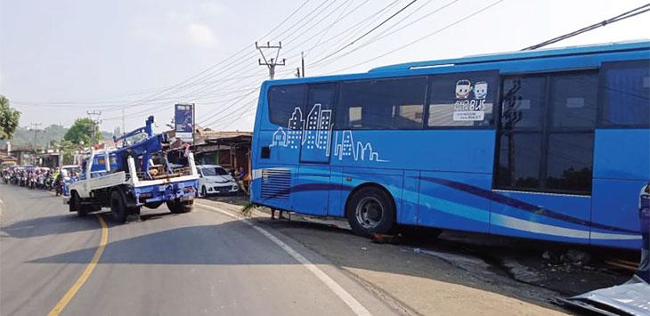 Jajaran Unit Laka Lantas Polres Sukabumi saat melakukan evakuasi bus yang terlibat kecelakaan di Jalan Sukabumi-Bogor, tepatnya di Kampung Babakanpeundeuy, Desa Bojongkokosan, Kecamatan Parungkuda, rabu (20/11/19).