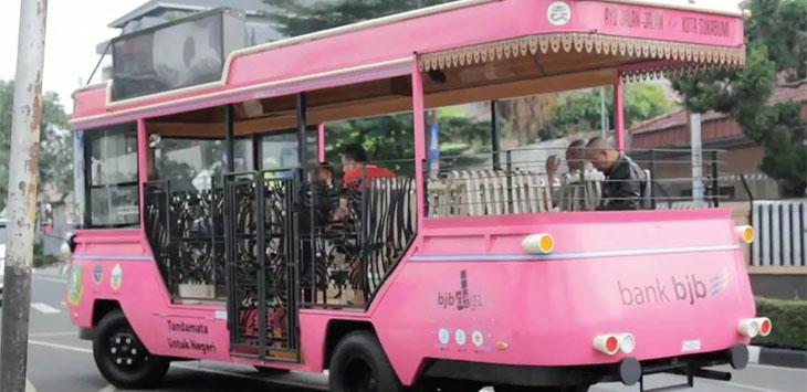 Bus wisata Pink di Kota Sukabumi