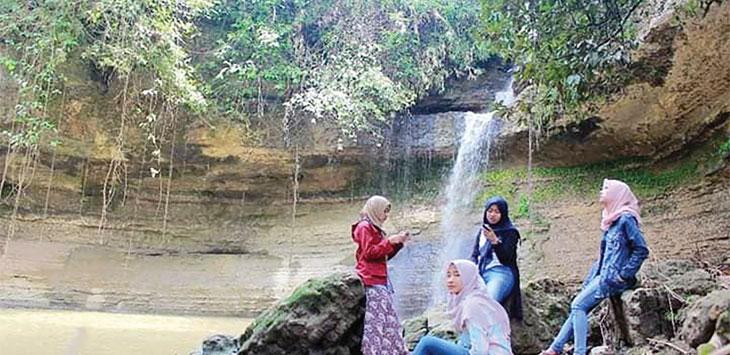 Sejumlah wisatawan saat menikmati keindahan panorama alam di objek wisata Curug Cipatala, Desa Panumabangan, Kecamatan Jampangtengah.