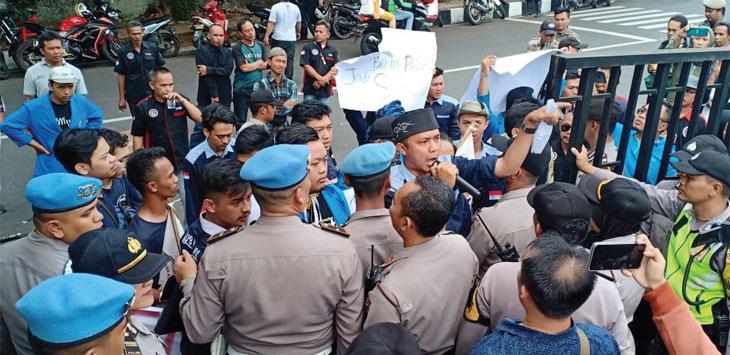 PB Himasi dan FRMB melakukan aksi demontrasi di Kantor BPJS Kesehatan, kamis (21/11/19).