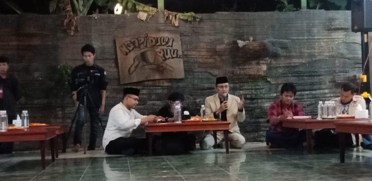 Ketua DPRD Kabupaten Cirebon M Luthfi dan Wakil Ketua DPRD Teguh Rusiana Merdeka saat mengikuti diskusi. Dede