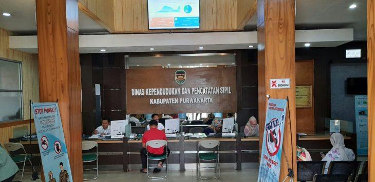 Warga Masyarakat Purwakarta diberi pelayanan maksimal oleh dinas kependudukan dan pencatatan sipil, untuk mengurus dokumen-dokumen kependudukan.