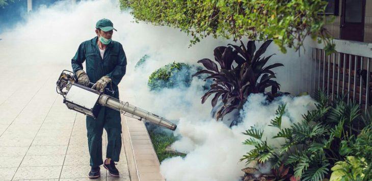 Salah seorang petugas Fogging (pengasapan) untuk mencegah berkembangbiaknya nyamuk demam berdarah saat memasuki musim penghujan seperti saat ini.
