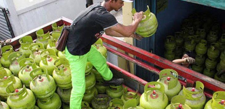 Pekerja merapikan gas LPG 3kg untuk di distribusikan. Ist