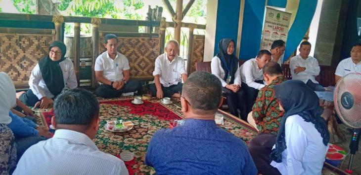 Para pejabat di lingkungan Dinas Komunikasi dan Informasi saat membahas masalah Desa Cerdas berbasis internet.