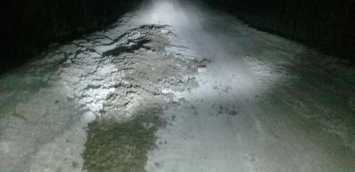 Jalan utama Desa Wanawali, menyempit badan jalan dipenuhi tumpahan-tumpahan batu-batu krikil corran beton membahayakan pengendara yang melintas.