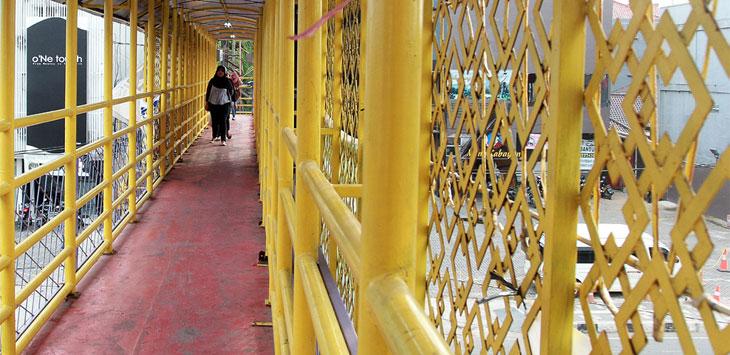 Warga melintas di Jembatan Penyeberangan Orang (JPO) di Jalan Margonda Raya, kemarin. Warga mengharapkan pemerintah Kota Depok bisa menambah JPO di kawasan jalan tersebut. Radar Depok