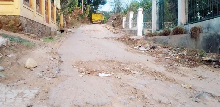 Kondisi Jalan Gangkenari tepatnya di Kampung Cisalak, Desa Parakanlima, Kecamatan Cikembar, rusak parah.