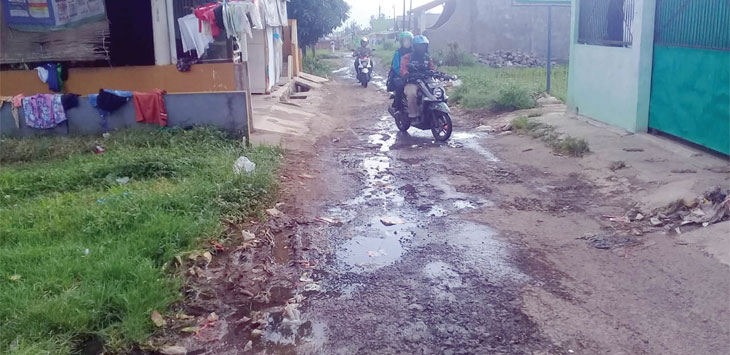 Kondisi ruas Jalan Sawah Lega, yang berlokasi di Kelurahan Cikondang, Kecamatan Citamiang rusak.