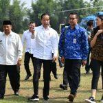 Jokowi bersama stafsus di Subang (ist)
