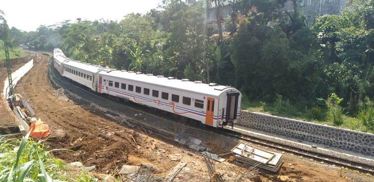 KA Bogor Sukabumi melintas di lokasi double track yang longsor (ist)