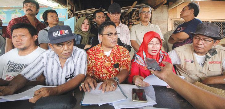 KPPKMD didampingi kuasa hukumnya melakukan pernyataan sikap terkait penolakan eksekusi pasar dan membantah adanya pedagang yang mendukung eksekusi di Pasar Kemirimuka, Kecamatan Beji, Senin (18/11/19). Radar Depok