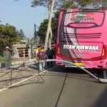 Kabel listrik terseret bus pariwisata di Jalan Raya Puncak, Bogor