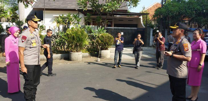 Kapolda Jabar Irjen Pol Rudy Sufahriadi disambut Kapolres Cirebon Kota AKBP Roland Ronaldy. Dede