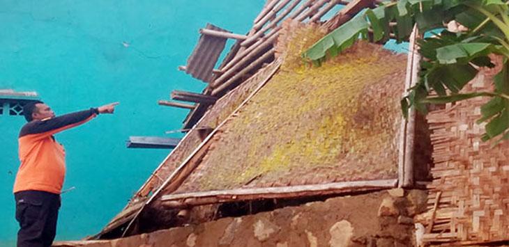 Petugas BPBD Kabupaten Sukabumi saat menunjukan kondisi rumah yang ambruk akibat angin kencang di Kampung Babakanbaru RT2/6, Desa Tenjojaya, Kecamatan Cibadak.