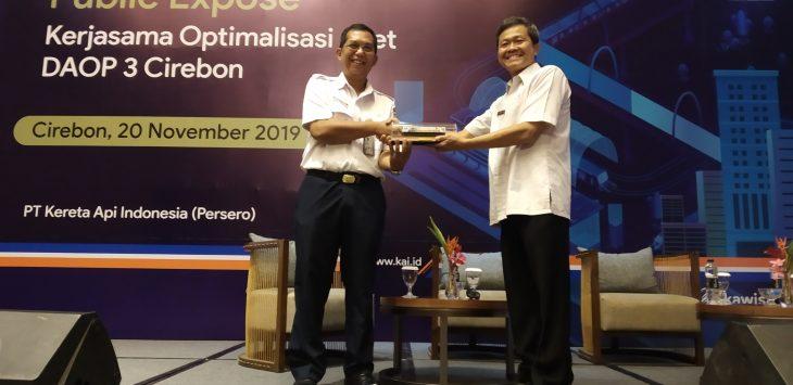 PT KAI berikan cindramata ke Pemkot Cirebon. Dede