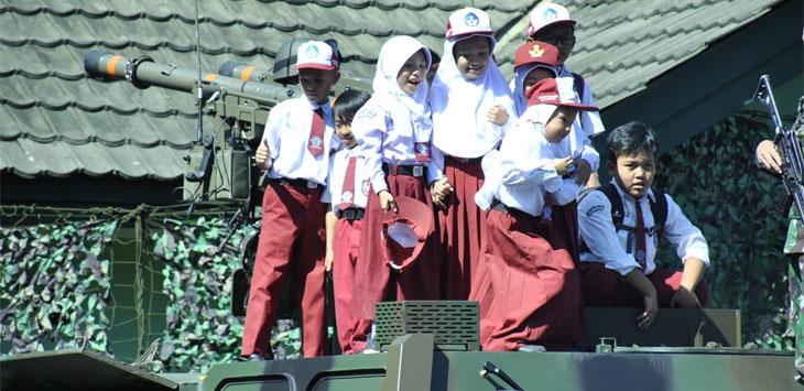Siswa SD Antusias Lihat Rudal Rudal Canggih Di Hari Peringatan HUT Arhanud TNI-AD Ke- 73