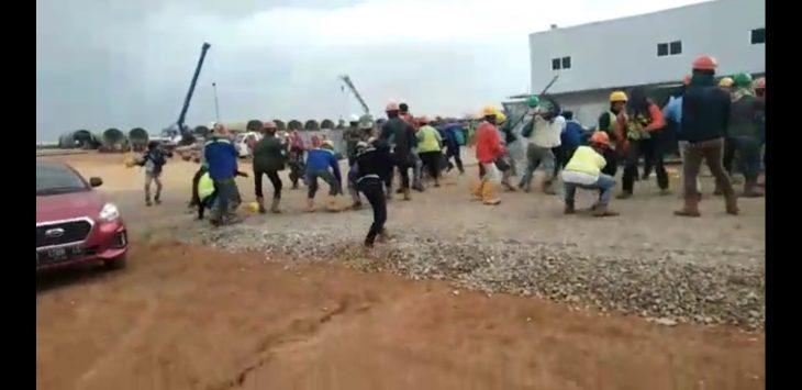 Cuplikan video pekerja PLTU saling baku hantam. ist