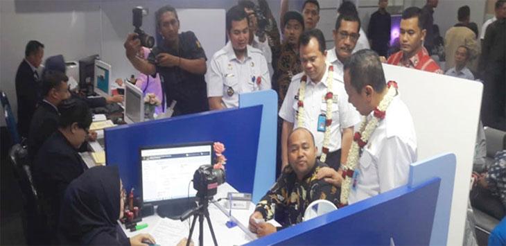 Sekretaris Jenderal Kemenkumham, Bambang Rantam didampingi Direktur Jenderal Imigrasi Kemenkumham, Ronny F Sompie melihat ruang pelayanan paspor milik Kantor Imigrasi Kelas II Non TPI Depok, di Depok Town Square (Detos). Radar Depok