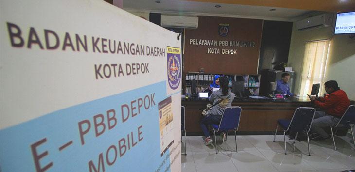 Warga saat membayar pajak di Kantor Pelayanan PBB dan BPHTB di Balaikota Depok. Radar Depok