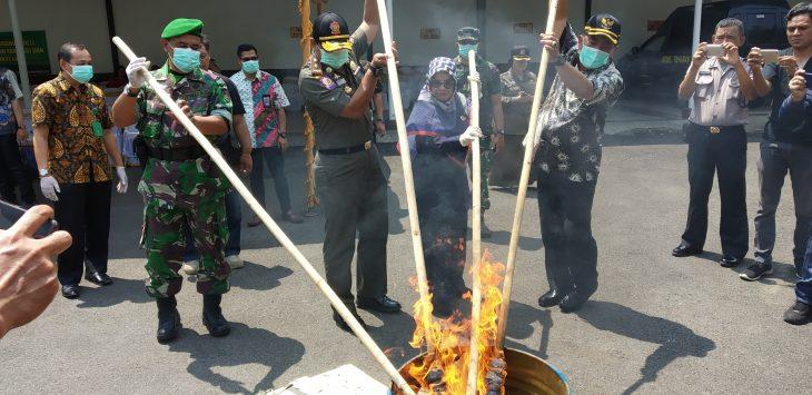 Wali Kota Cirebon memusnahkan barang bukti narkotik. Dede