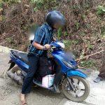 Pengendara motor di Purwakarta nekat lewati jalan dengan kondisi cor masih basah