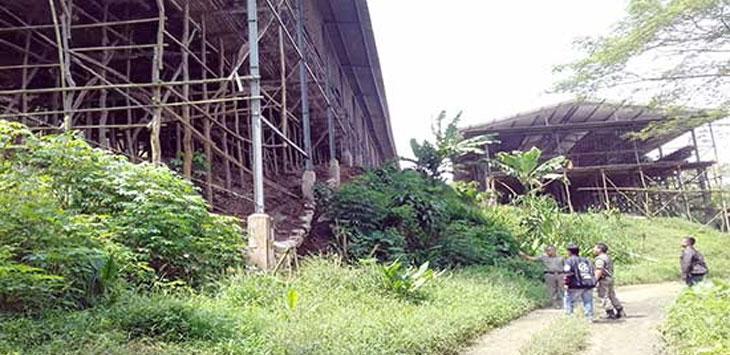 Petugas Dinas Peternakan Kabupaten Sukabumi dan petugas Satpol PP saat sidak ke lokasi perusahaan ternak ayam di wilayah Kecamatan Cikembar, karena belum memiliki IUP.