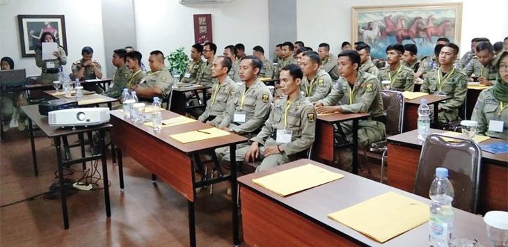 Kepala Satpol PP Kabupaten Sukabumi, Acep Saefudin saat memberikan arahan kepada seluruhnya di Mako Satpol PP Kabupaten Sukabumi untuk pengamanan Pilkades, Jum'at (15/11/19).