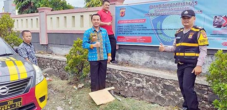 Polsek Cibadak bersama Kelurahan Cibadak melakukan pemasangan banner himbauan Kamtibmas di Jalan Surya Kencana dan Jalan Raya Siliwangi, Kelurahan/Kecamatan Cibadak, jum'at (2/11/19).
