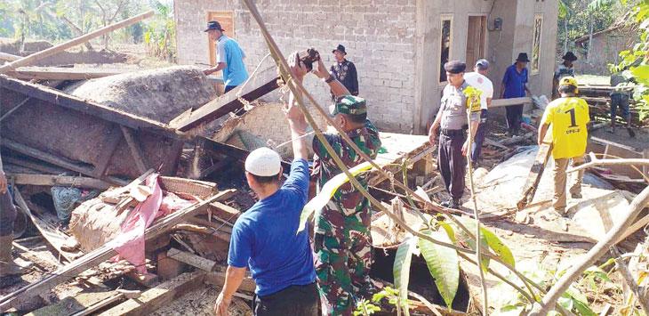 Rumah Nenek Itoh, di Kampung Cikakak Panyingkiran, RT 11/06 Desa Batu Tumpang, Kecamatan Tegalwaru ambruk akibat diterjang angin puting beliung.